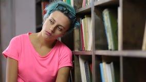Droevige student onder geestelijke druk in bibliotheek stock footage