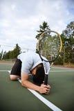 Droevige tennisspeler na nederlaag stock afbeeldingen