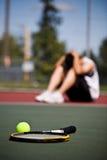 Droevige tennisspeler na nederlaag royalty-vrije stock afbeelding