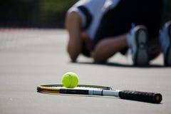 Droevige tennisspeler na nederlaag royalty-vrije stock afbeeldingen