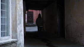 Droevige tiener die alleen in gevaarlijke enge plaats, het eenzame persoon wandelen lopen stock footage