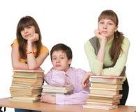 Droevige tiener met vele boeken Stock Foto