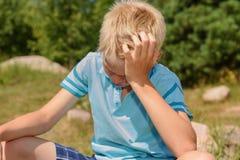 Droevige tiener tegen de achtergrond van de aard Sluit omhoog Stock Fotografie