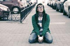 Droevige tienerjongen in depressiezitting op stoep Royalty-vrije Stock Foto