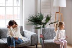 Droevige vermoeide moeder en nukkige dochter die na conflict spreken niet royalty-vrije stock fotografie