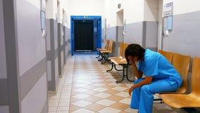Droevige verpleegsterszitting op de stoel stock video