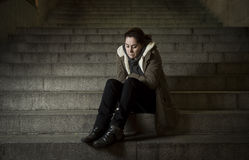Droevige vrouw alleen op de trap die van de straatmetro aan depressie lijden die kijkend ziek en hulpeloos kijken Royalty-vrije Stock Foto