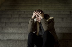 Droevige vrouw alleen op de trap die van de straatmetro aan depressie lijden die kijkend ziek en hulpeloos kijken Stock Afbeelding