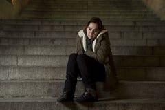 Droevige vrouw alleen op de trap die van de straatmetro aan depressie lijden die kijkend ziek en hulpeloos kijken Stock Afbeeldingen