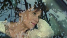 Droevige vrouw in de auto stock videobeelden