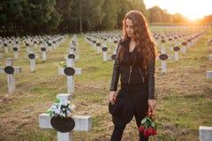 Droevige vrouw in de begraafplaats royalty-vrije stock afbeelding