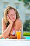 Droevige vrouw in de hotelpool Stock Afbeeldingen