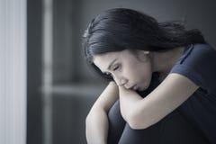 Droevige vrouw die aan anorexie lijden stock foto's
