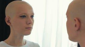 Droevige vrouw die aan kanker lijden die zich in de spiegel bekijken stock videobeelden