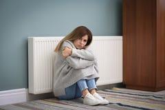 Droevige vrouw die aan koude op vloer lijden Royalty-vrije Stock Afbeeldingen