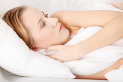 Droevige vrouw die in bed ligt Stock Afbeelding