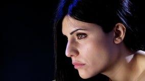 Droevige vrouw die eenzaam en gedeprimeerd voelen stock videobeelden