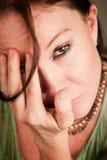 Droevige vrouw die haar gezicht behandelt Royalty-vrije Stock Foto