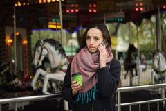 Droevige vrouw die op de telefoon spreekt Royalty-vrije Stock Afbeelding