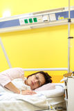 Droevige vrouw die op middelbare leeftijd in het ziekenhuis liggen Royalty-vrije Stock Foto's