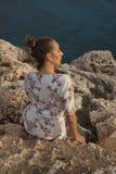 Droevige vrouw door zonsondergang Royalty-vrije Stock Foto