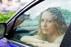 Droevige vrouw en regen. Royalty-vrije Stock Foto