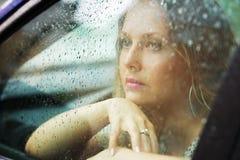 Droevige vrouw en regen. Stock Foto