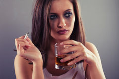 Droevige vrouw het drinken alcohol Stock Afbeelding