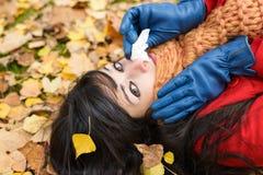 Droevige vrouw met koude en griep Royalty-vrije Stock Foto