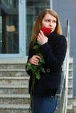 Droevige vrouw met rozen. Royalty-vrije Stock Foto