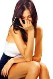 Droevige vrouw met slimme telefoon Stock Foto's