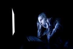 Droevige vrouw op computer royalty-vrije stock afbeeldingen