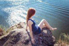 Droevige vrouw op de rand van de klip stock afbeeldingen