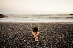 Droevige vrouw op het strand Royalty-vrije Stock Afbeeldingen