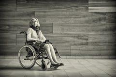 Droevige vrouw op rolstoel Stock Afbeeldingen