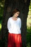 Droevige vrouw in rode sarafan Royalty-vrije Stock Fotografie