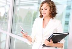 Droevige Vrouw Texting stock foto's