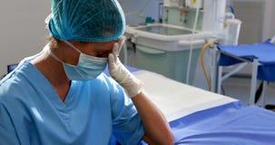 Droevige vrouwelijke verpleegsterszitting in verrichtingstheater stock video