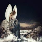 Droevige vrouwenengel met witte vleugels Royalty-vrije Stock Afbeeldingen