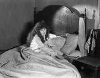 Droevige vrouwenzitting in bed (Alle afgeschilderde personen leven niet langer en geen landgoed bestaat Leveranciersgaranties dat royalty-vrije stock afbeeldingen