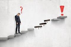 Droevige zakenman met rood beeldverhaalvraagteken die zich op ladder aan rood uitroepteken bevinden met verscheidene stappen die  vector illustratie