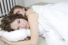 droevige zusters die in bed liggen Royalty-vrije Stock Fotografie
