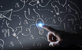 Drog lightbulb och pilar för affärsman rörande hand med hans fi Arkivbild