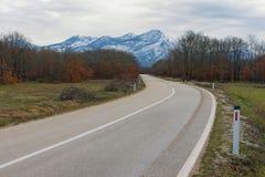 Droga śnieżne góry zgadzający się terenu teren kartografuje ważny ścieżki ulga cieniącego stan otaczający terytorium miastowa roś Zdjęcie Royalty Free