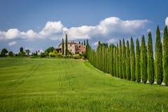 Droga agritourism w Tuscany między cyprysami obraz stock