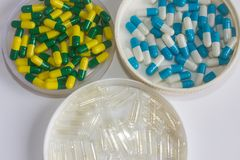 Droga amarela e transparant verde branca azul da cápsula imagens de stock royalty free