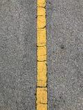 Droga asfalt z żółtym lampasem Zdjęcia Stock