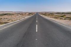 Droga bez samochodów w Namibe pustyni Angola Obrazy Stock