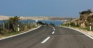 Droga blisko morza w kierunku wyspy Asfaltowa droga na słonecznym dniu na nadmorski Fotografia Stock