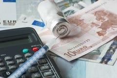 Droga con le banconote ed il calcolatore Immagine Stock Libera da Diritti